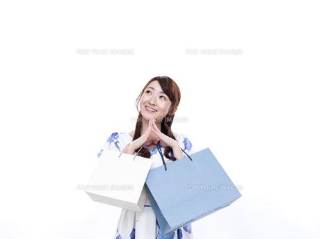 買い物袋を持った若い女性の写真素材 [FYI00923150]