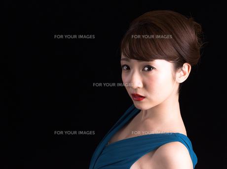 ドレスアップした若い女性の写真素材 [FYI00923153]