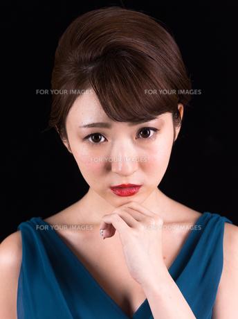 ドレスアップした若い女性の写真素材 [FYI00923165]