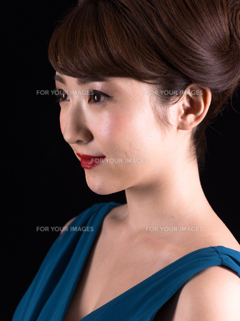 ドレスアップした若い女性の横顔の写真素材 [FYI00923166]