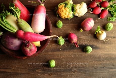 カラフルな根菜とカリフラワーと芽キャベツ 黒木材背景の写真素材 [FYI00923265]