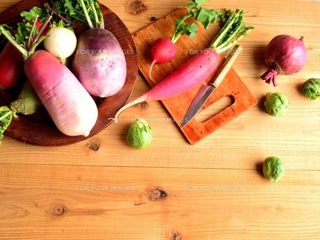 カラフルな野菜 木材背景の写真素材 [FYI00923802]