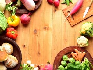 カラフルな野菜 木材背景の写真素材 [FYI00923805]