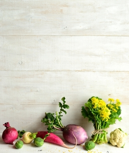 カラフルな根菜  白木材背景の写真素材 [FYI00923809]