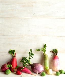 カラフルな根菜  白木材背景の写真素材 [FYI00923810]