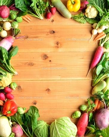 グリーン系の野菜と根菜 フレーム 木材背景の写真素材 [FYI00923820]
