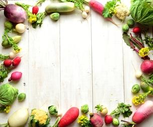 冬の根菜と芽キャベツ フレーム 白木材背景の写真素材 [FYI00923823]