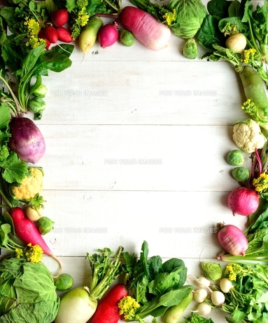冬の根菜とグリーン系の野菜 フレーム 白木材背景の写真素材 [FYI00923826]