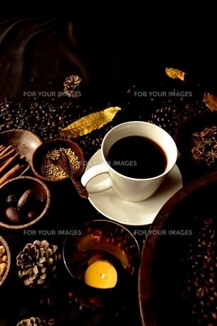 一杯のコーヒーとスパイスと枯葉とコーヒー豆の写真素材 [FYI00923846]