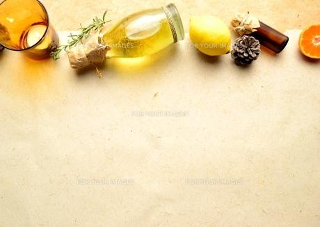 エッセンシャルオイルとレモンとキャンドル イエロー系の写真素材 [FYI00923848]