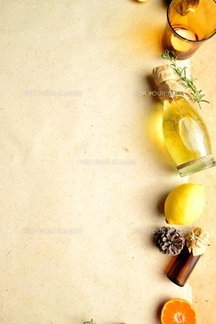 エッセンシャルオイルとレモンとキャンドル イエロー系の写真素材 [FYI00923849]