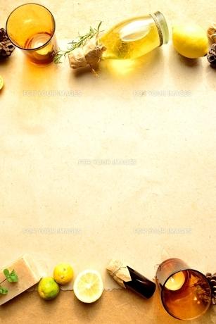 エッセンシャルオイルとレモンとキャンドル イエロー系の写真素材 [FYI00923850]
