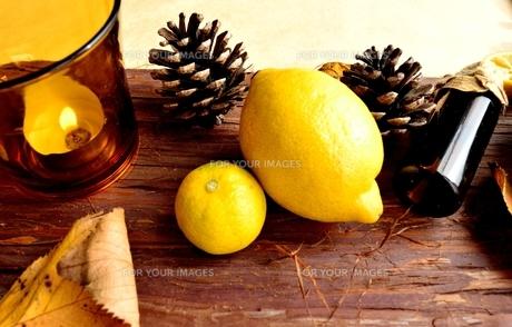 エッセンシャルオイルとレモンとキャンドルの写真素材 [FYI00923862]