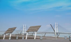 青空と公園の風よけパネルと橋の写真素材 [FYI00923882]