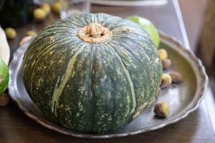 テーブルの上の皿のかぼちゃの写真素材 [FYI00923886]