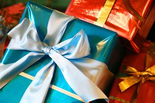 青色と赤色のプレゼントの写真素材 [FYI00923890]