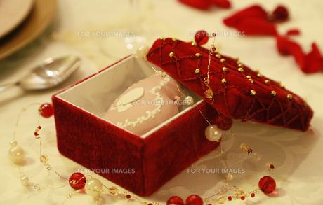 テーブルの上の赤色の宝石箱の写真素材 [FYI00923895]