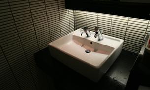 洗面所の水栓と洗面台の写真素材 [FYI00923897]