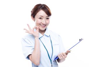 OKサインを出す医療系女性の写真素材 [FYI00923983]