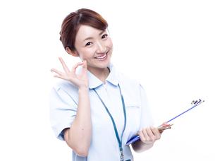 OKサインを出す医療系女性の写真素材 [FYI00923984]