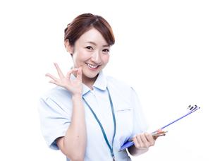 OKサインを出す医療系女性の写真素材 [FYI00923986]