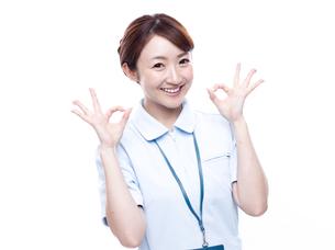 OKサインを出す医療系女性の写真素材 [FYI00923988]