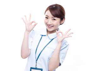 OKサインを出す医療系女性の写真素材 [FYI00923992]