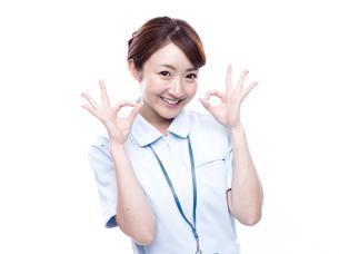 OKサインを出す医療系女性の写真素材 [FYI00923993]