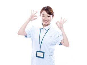 OKサインを出す医療系女性の写真素材 [FYI00923994]