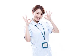 OKサインを出す医療系女性の写真素材 [FYI00923995]