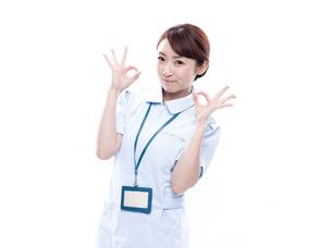 OKサインを出す医療系女性の写真素材 [FYI00923997]