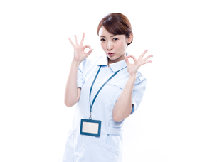 OKサインを出す医療系女性の写真素材 [FYI00923998]