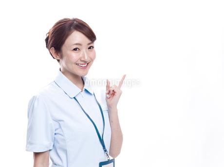 案内する医療系女性の写真素材 [FYI00923999]