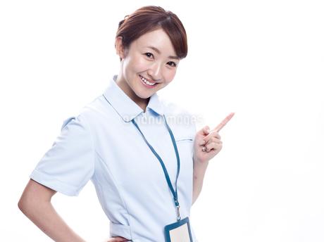 案内する医療系女性の写真素材 [FYI00924001]