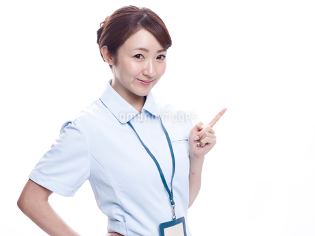 案内する医療系女性の写真素材 [FYI00924002]