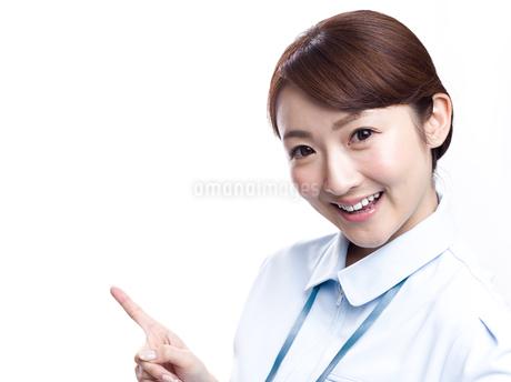 案内する医療系女性の写真素材 [FYI00924014]