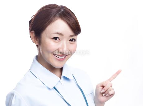 案内する医療系女性の写真素材 [FYI00924016]