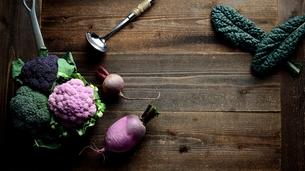紫カリフラワーとブロッコリーと根菜の写真素材 [FYI00924078]