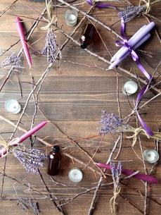 ラベンダーとキャンドルとエッセンシャルオイルボトル 黒木材背景の写真素材 [FYI00924137]