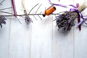 ラベンダーとキャンドルとエッセンシャルオイルボトル 白木材背景の写真素材 [FYI00924144]