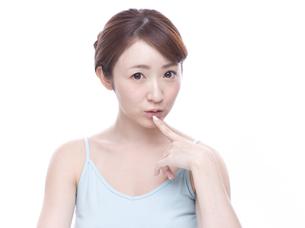 口元を気にする若い女性の写真素材 [FYI00924239]