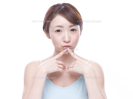 口元を気にする若い女性の写真素材 [FYI00924240]