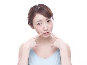 口元を気にする若い女性の写真素材 [FYI00924241]