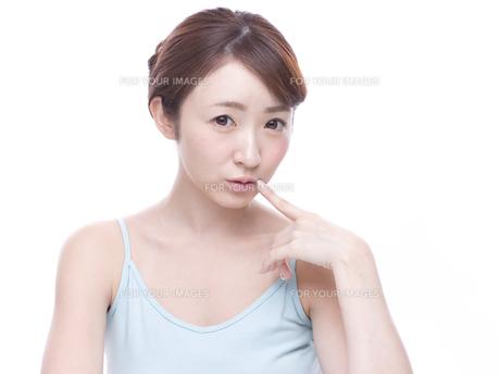 口元を気にする若い女性の写真素材 [FYI00924242]