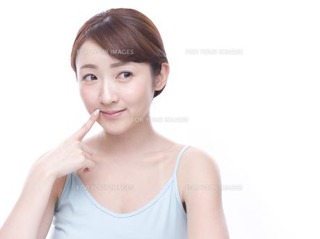 口元を気にする若い女性の写真素材 [FYI00924243]