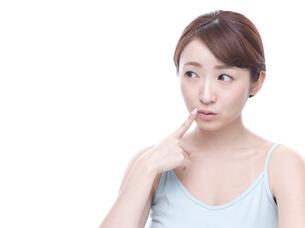 口元を気にする若い女性の写真素材 [FYI00924244]