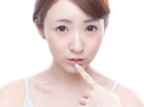 口元を気にする若い女性の写真素材 [FYI00924248]