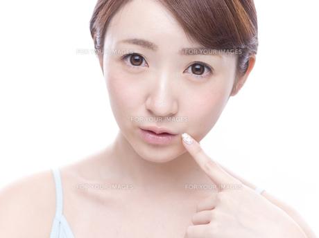 口元を気にする若い女性の写真素材 [FYI00924249]