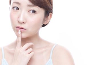 口元を気にする若い女性の写真素材 [FYI00924252]