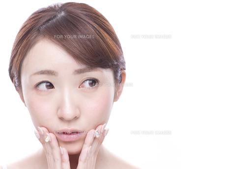 口元を気にする若い女性の写真素材 [FYI00924256]